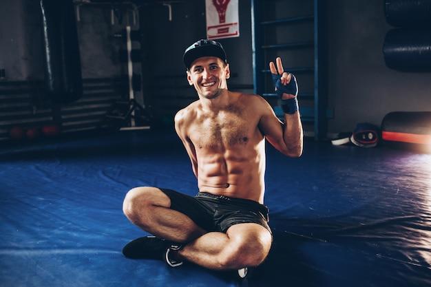 Silny, atletyczny mężczyzna fitness model tułowia z sześciopakiem abs.
