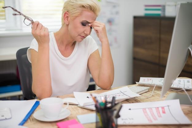 Silny ból głowy z powodu ciężkiej pracy