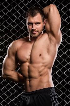 Silny człowiek i jego mięśnie