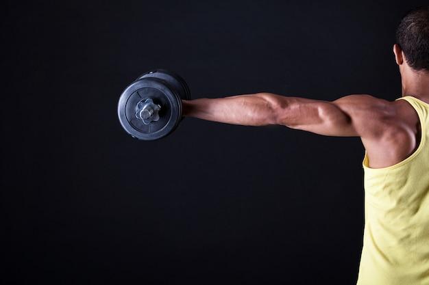 Silny i muskularny facet z hantle
