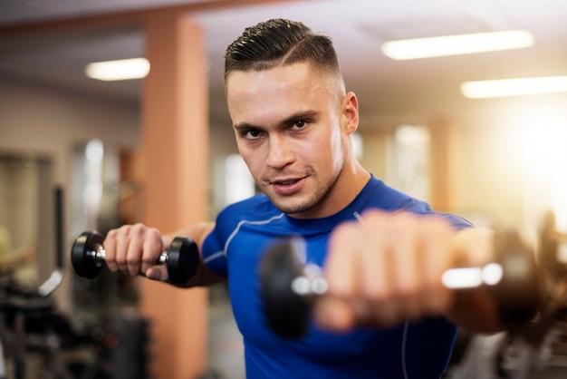 Silny i przystojny mężczyzna na siłowni