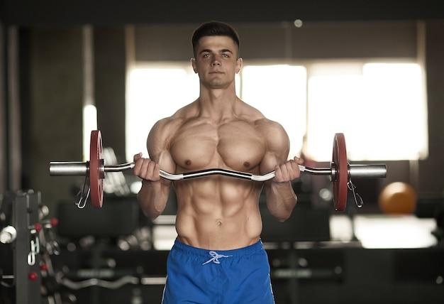 Silny kulturysta lekkoatletyczny mężczyzna fitness