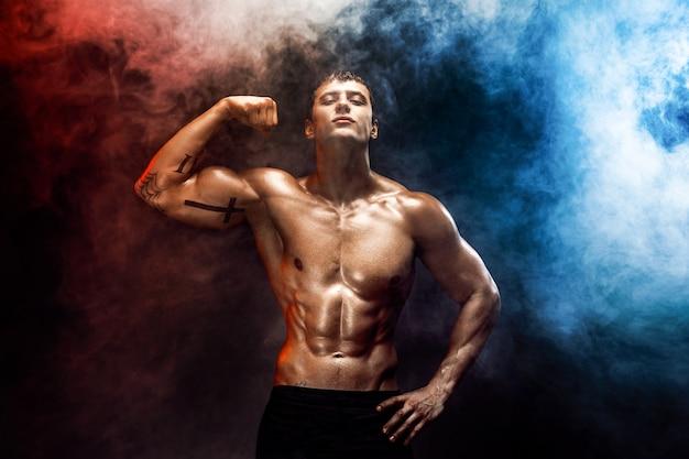 Silny kulturysta z doskonałym abs, ramionami, bicepsami, tricepsem, klatką piersiową.