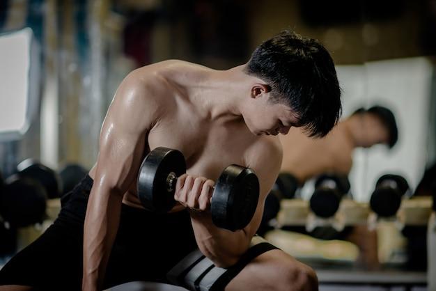 Silny kulturysta z doskonałymi mięśniami naramiennymi