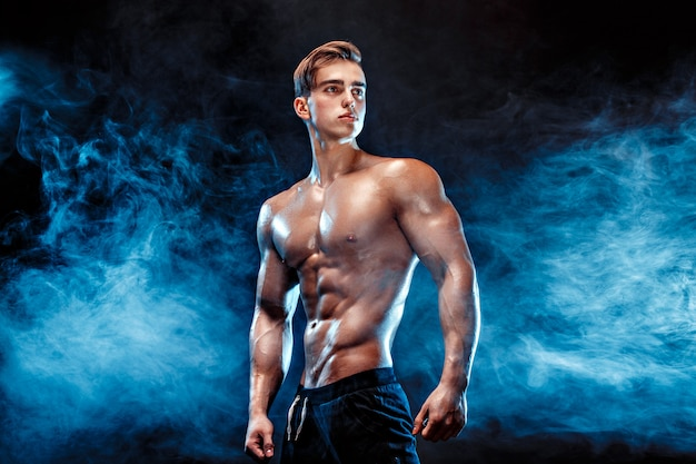 Silny kulturysta z sześciopakiem, idealny abs, ramiona, biceps, triceps i klatka piersiowa