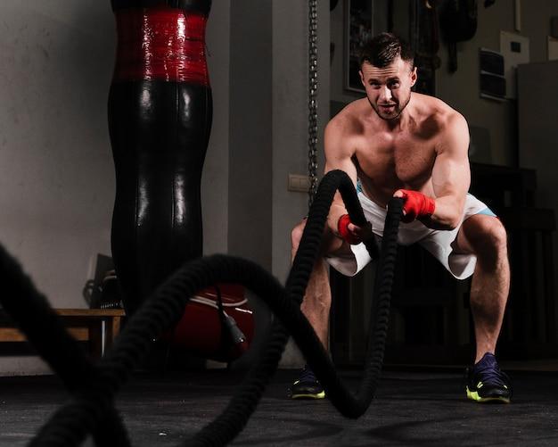 Silny mężczyzna ciężko trenujący do zawodów bokserskich