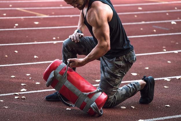 Silny mężczyzna robi treningu na świeżym powietrzu