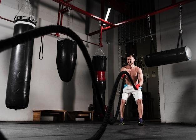 Silny mężczyzna trenujący do zawodów bokserskich