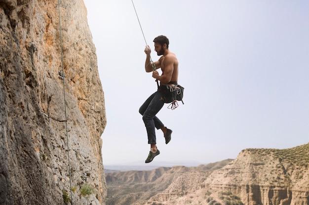 Silny mężczyzna wspinający się na górę