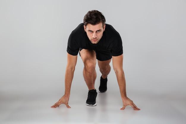 Silny młody sporta mężczyzna biegacz odizolowywający