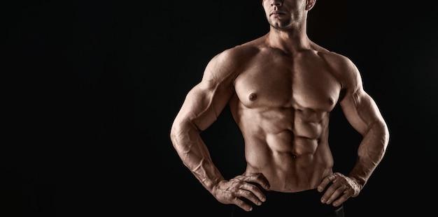 Silny sportowy muskularny mężczyzna pozowanie
