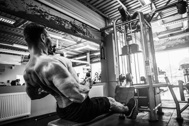 Silny trening kulturystów na siłowni