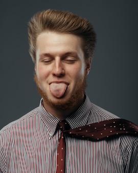 Silny wiatr w męską twarz, mężczyzna pokazuje język, zabawne emocje. potężny przepływ powietrza wieje na biznesmena na czarnym tle