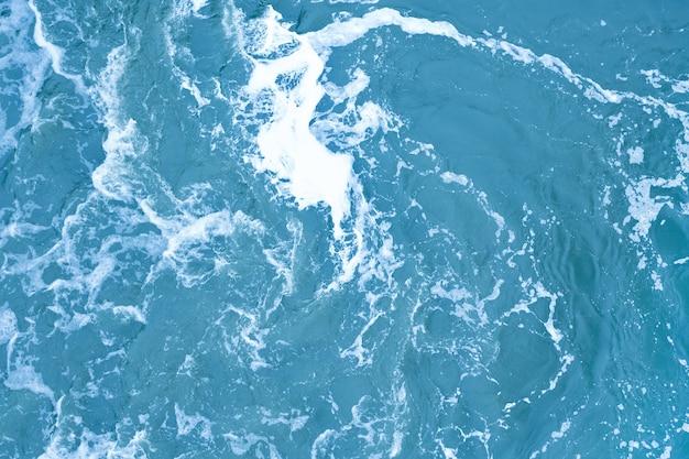 Silny wir wody w tle. fale wodne