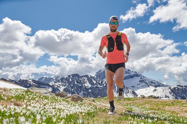 Silny zawodnik trail running w górach podczas treningu mountains