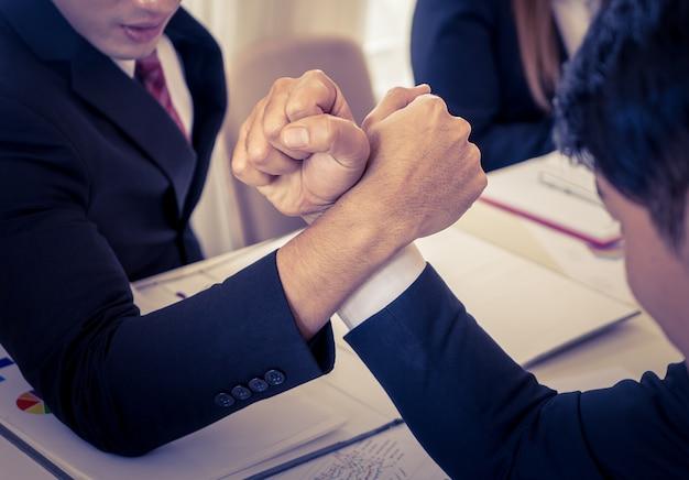 Siłowanie się na rękę w biznesowym spotkaniu dla konkurencyjnego cocnept biznesu