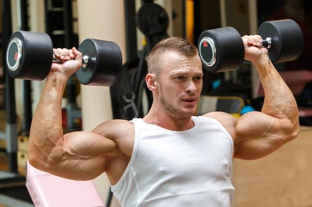 Siłownia. przystojny mężczyzna podczas treningu