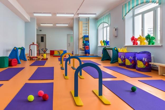Siłownia z wyposażeniem do zajęć sportowych w przedszkolu