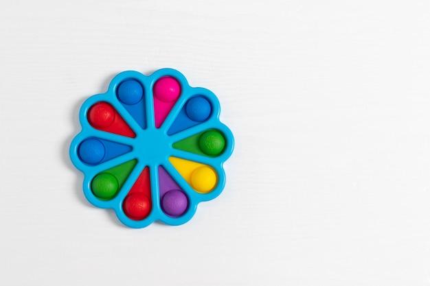 Simple dimple - silikonowe sensoryczne zabawki antystresowe kolorowa gra na białym tle, skopiuj miejsce na tekst.