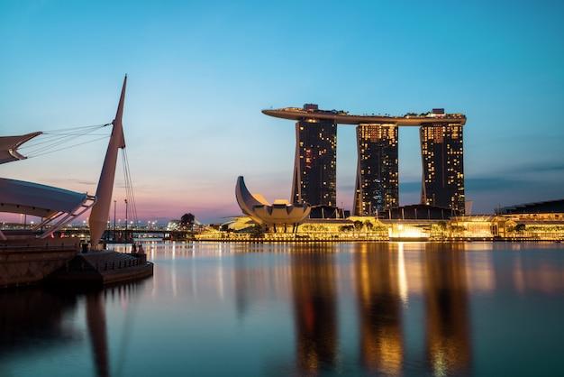 Singapore skyline w nocy z marina bay