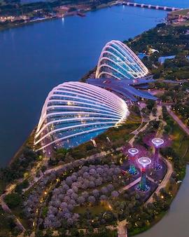 Singapur - 07 lipca 2018 r .: widok z lotu ptaka ogrodu botanicznego, gardens by the bay w singapurze.