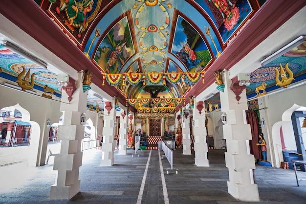 Singapur - 16 października 2014: świątynia sri mariamman jest najstarszą świątynią hinduską w singapurze.