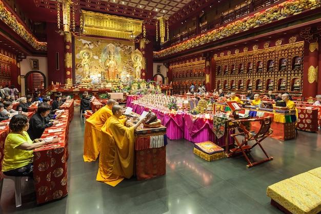 Singapur - 16 października 2014: wewnątrz świątyni relikwii zęba buddy. jest to świątynia buddyjska położona w dzielnicy chinatown w singapurze.