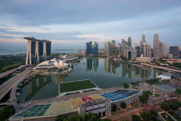 Singapur dzielnicy biznesowej i singapur wieżowiec w rano w marina bay, sin
