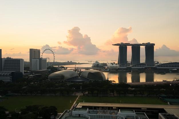Singapur dzielnicy biznesowej linia horyzontu przed wschodem słońca przy marina zatoką, singapur.