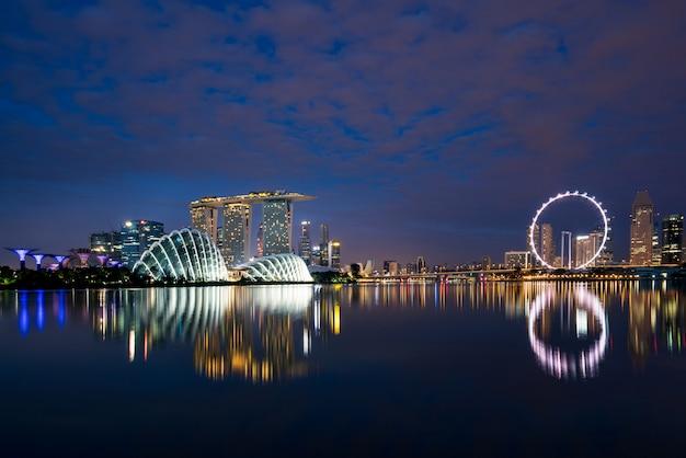 Singapur dzielnicy biznesu linia horyzontu w nocy przy marina zatoką, singapur. azja