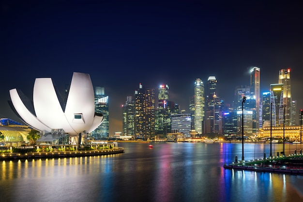 Singapur dzielnicy biznesu linia horyzontu w nocy przy marina zatoką, singapur.