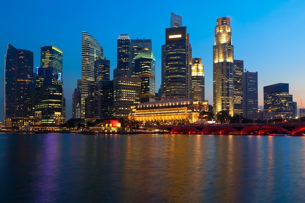 Singapur linia horyzontu i rzeka w wieczór