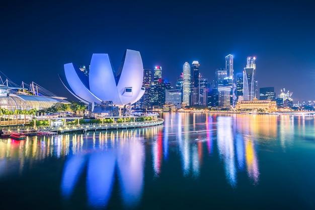 Singapur linia horyzontu i widok drapacze chmur na marina zatoce przy mrocznym czasem.