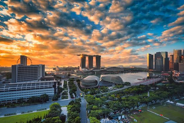 Singapur linia horyzontu i widok drapacze chmur na marina zatoce przy sunsrise.