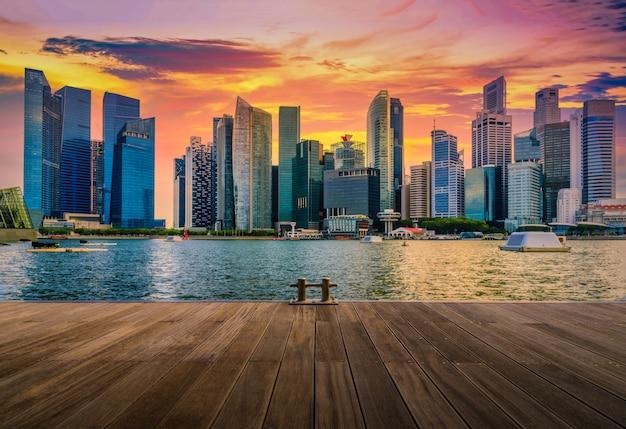 Singapur miasta linia horyzontu dzielnicy biznesowej śródmieście przy zmierzchem.