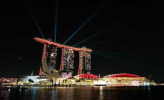 Singapur miasta linia horyzontu, marina zatoka przy nocą