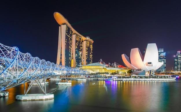 Singapur miasta linia horyzontu przy nocą.