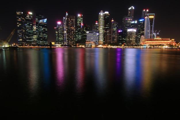 Singapur nocy pejzaż miejski pieniężni budynki w marina zatoki terenie singapur
