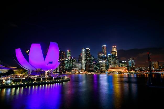 Singapur nocy pejzażu miejskiego budynki w marina zatoki terenie singapur