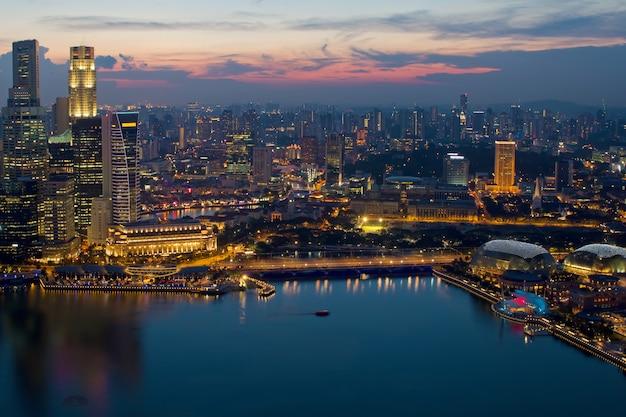 Singapur skyline i marina bat esplanade o zachodzie słońca