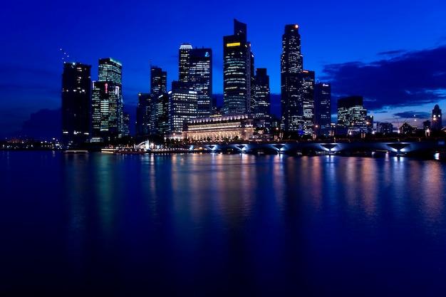 Singapur skyline w nocy