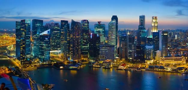 Singapur śródmieście przy nocą, widok z lotu ptaka