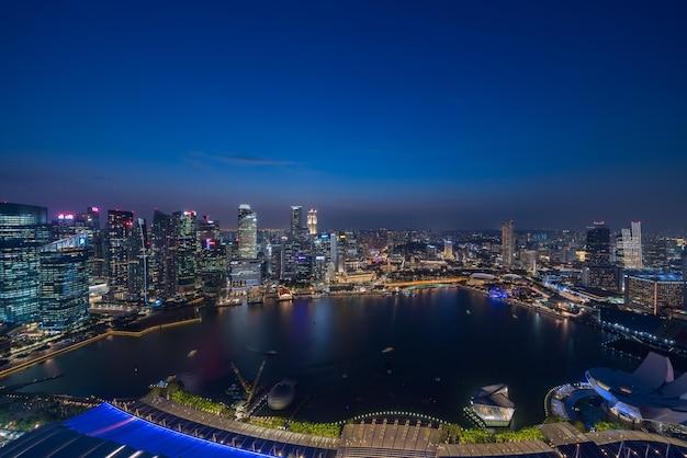 Singapur wieżowce nocą