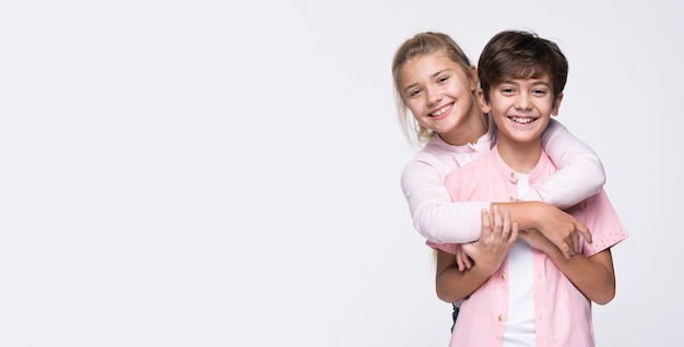Siostra przytulająca brata