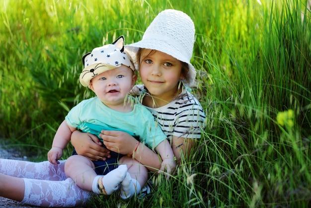 Siostra z braciszkiem na zielonej łące
