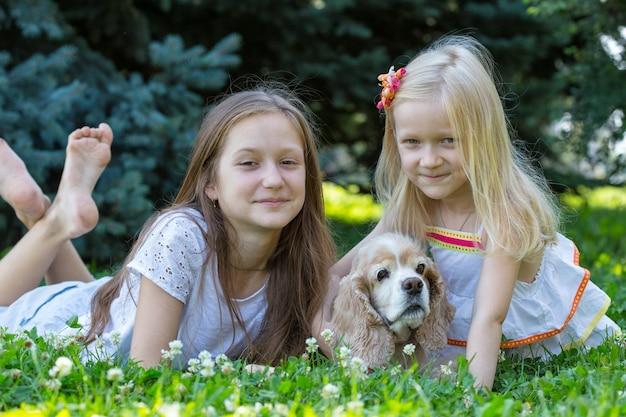 Siostry dziewczyny z psem patrząc w kamerę