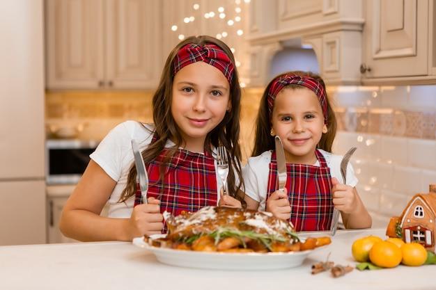 Siostry jedzą w domu