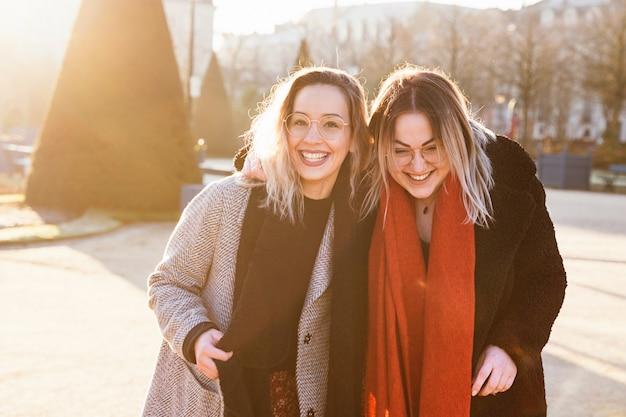 Siostry łączą się i bawią na ulicy. koncepcja podróży i wakacji.