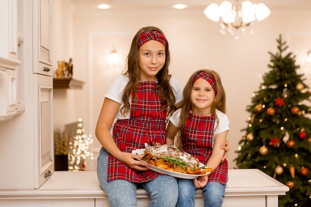 Siostry pokazujące obiad na boże narodzenie