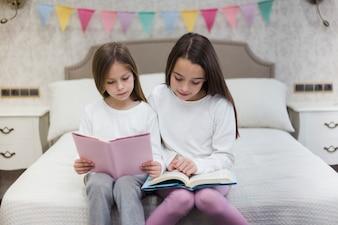 Siostry razem czytają książkę